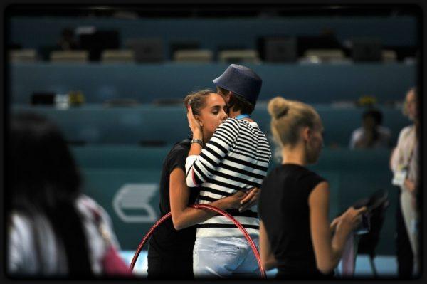 Entrenadora abraza a gimnasta.